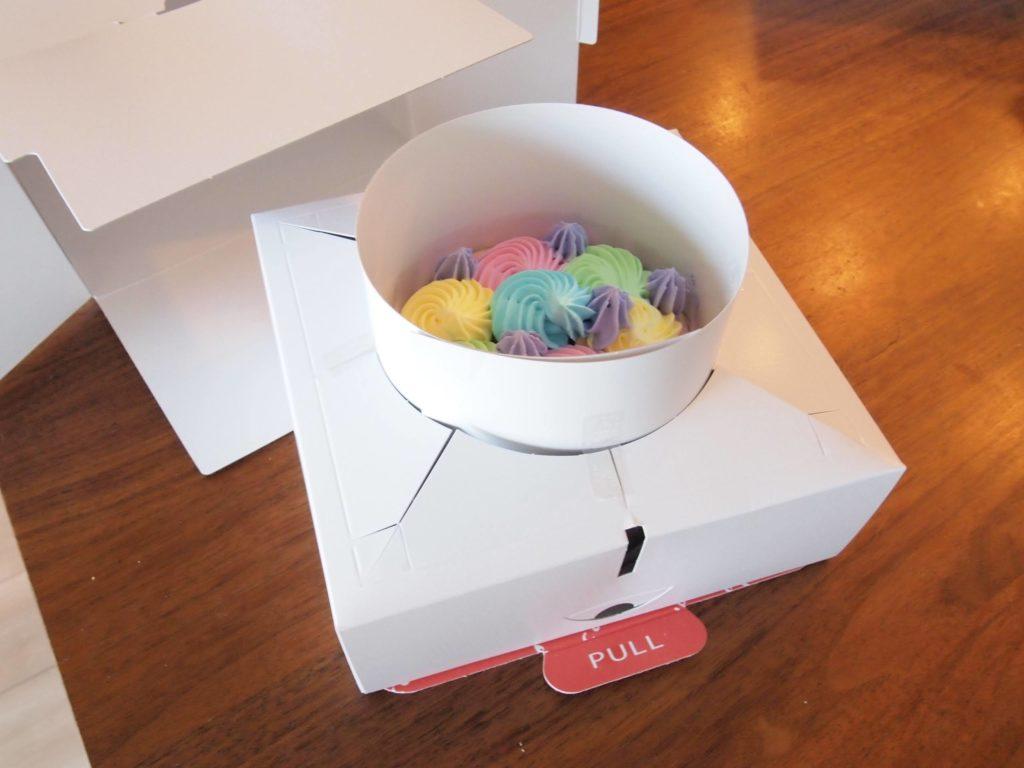 この梱包が、ケーキを配送から守る…!
